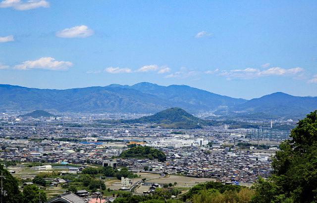 和歌の舞台である奈良、大和三山の風景。