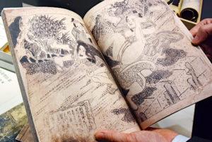ガラスケース越しにしか観ることのできなかった資料も、複製品となると、見て触ってページをめくって全てを閲覧することが可能。