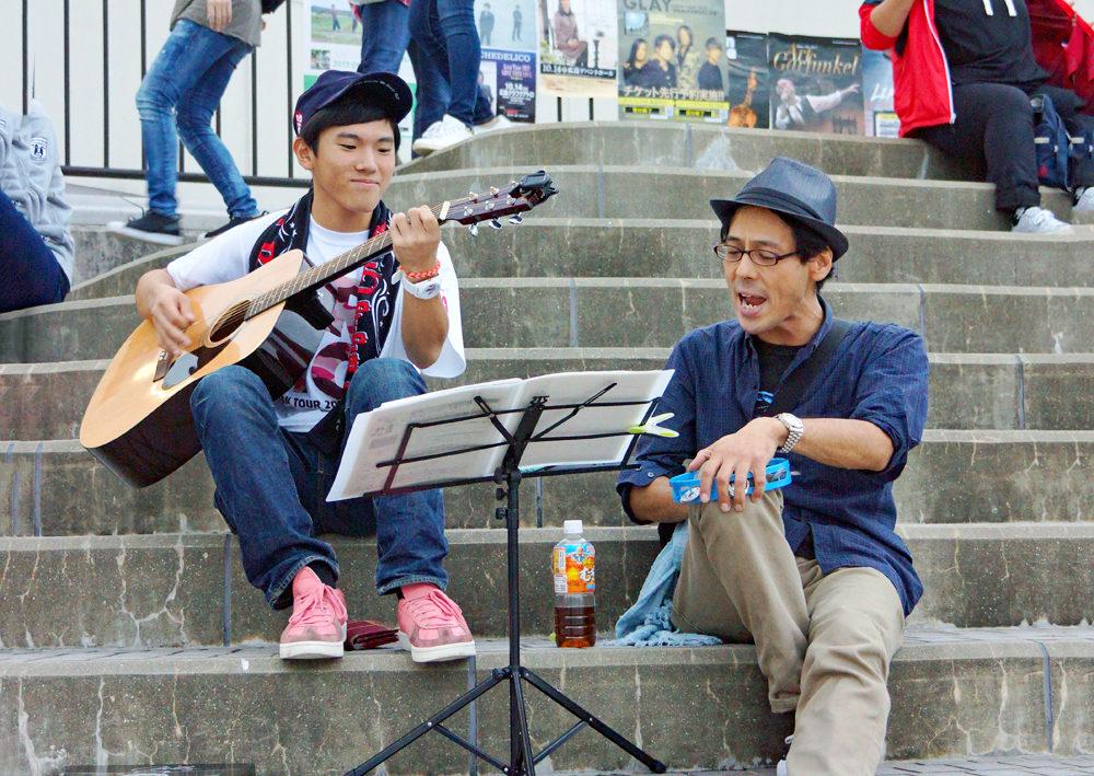 MR.BIGの公演前の、SNSで呼びかけたファンの方々との路上ライブ風景。(2017年広島)