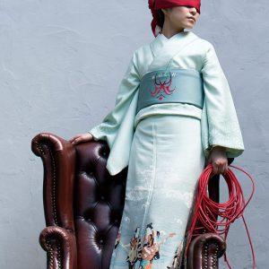 """蒼城作品集『SOJO』:東京各地でのロケイメージと、蒼城染めにおける技法及び染色作品による""""SOJO""""の世界を多数の写真とテキストで紹介。302mm×302mm。オールカラー。84ページ。¥7,500(税別)"""