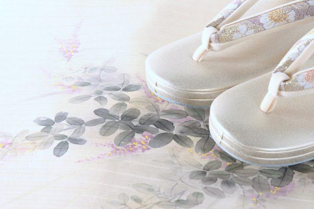 春らしい桜柄の鼻緒をすげた草履。きものには小物を選ぶ楽しみも