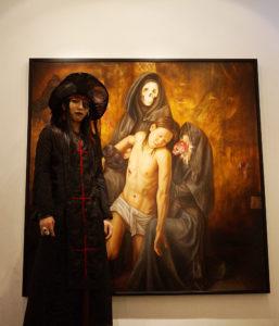 2012年の個展「審判-the transiency of life-」(銀座ヴァニラ画廊)でメインとなった大作。個展時、黒鬼劉刺覇さんと。
