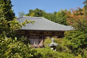 六歌仙・三十六歌仙の一人、在原業平が開基とされる不退寺。境内は四季折々の花々が咲き乱れる。