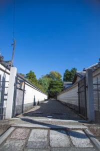 法住寺に隣接する、御陵の門とアプローチ部分。
