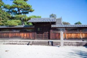後白河天皇陵。寺院の後方に位置する。