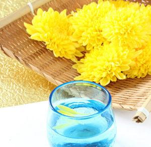 菊は厄を遠ざけ、長寿を得る妙薬といわれ、重陽の節句には菊酒で長寿を祈った。