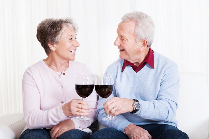 会話をしながらワインを楽しむ。