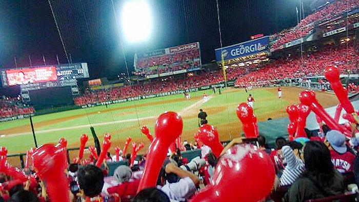 広島カープの熱狂的ファンで盛り上がるスタジアム。