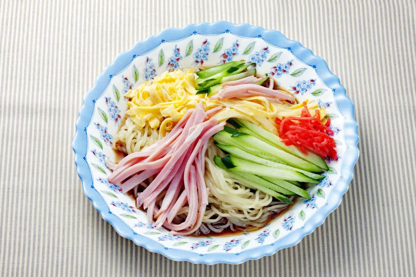 日本の夏の風物詩、冷やし中華。冬でも食べたい愛好家も多い。具材の細切り等、意外と仕込みに手間がかかる。