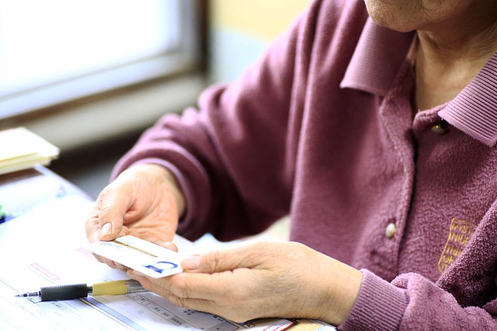 運転免許の自主返納が浸透しつつあるが、まだ75歳以上免許保有者の5%と低い水準にある。