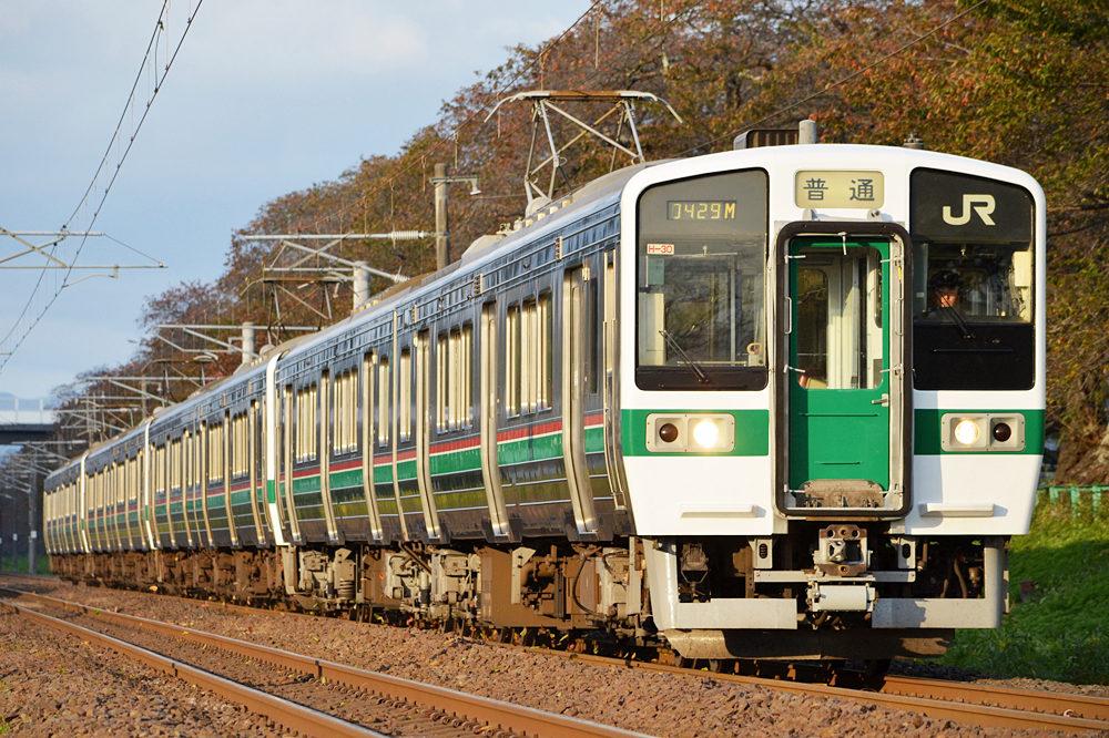 赤と緑のラインが入った東北本線。