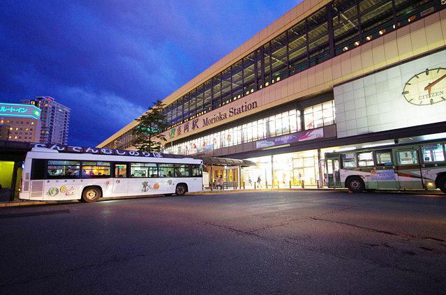 日の暮れた盛岡駅。