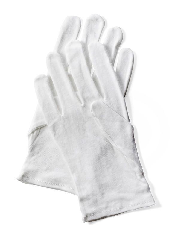 綿の白手袋は、1ダースでもリーズナブル。季節を問わず、洗いながら繰り返し使用できる。