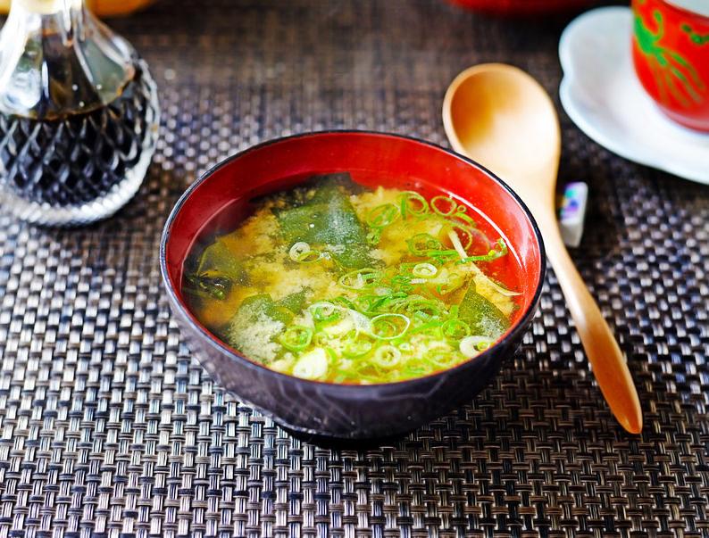 朝は体温が低めなので、温かいお味噌汁などで体温アップ。味噌やネギは免疫力アップにも。