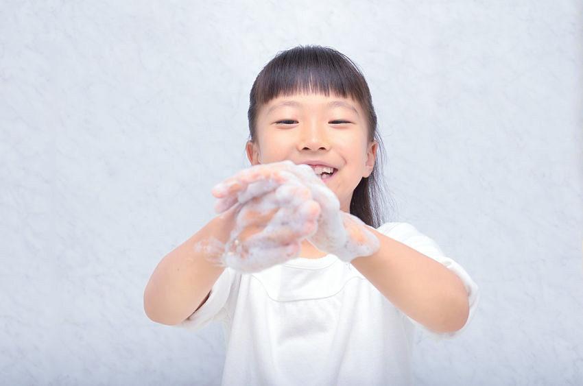 アルコール消毒液不足の昨今だが、手洗いを丁寧に行うことで、十分にウイルスを除去できる。子供の頃から習慣づけたい。