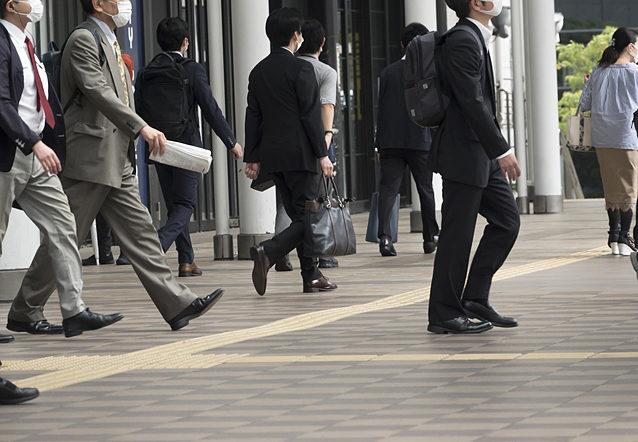 三密が避けられない都内への電車通勤。大手企業のリモート化が進む中、緊急事態宣言解除後、リモートから通常出勤形態に戻った中小企業は多い。
