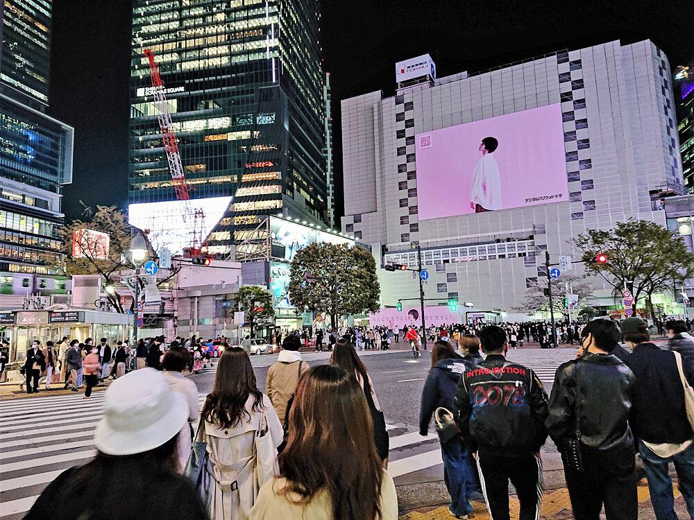 緊急事態宣言が解除された金曜日の夜。春休みも重なってか、渋谷のスクランブル交差点は多くの若者であふれていた(3/26筆者撮影)。