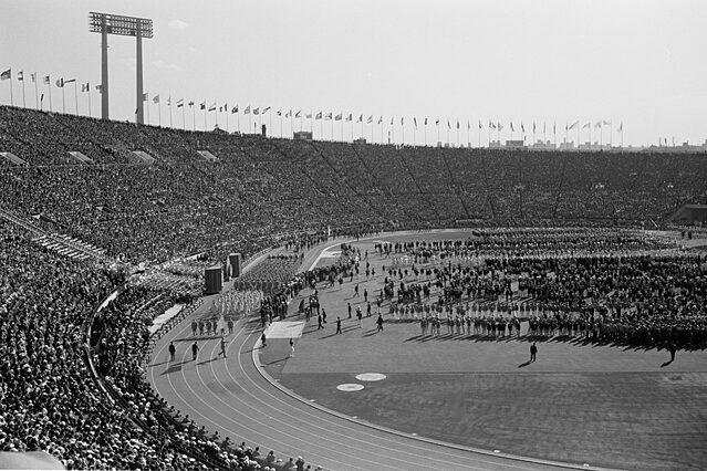 1964年の東京五輪。国立競技場での開会式。